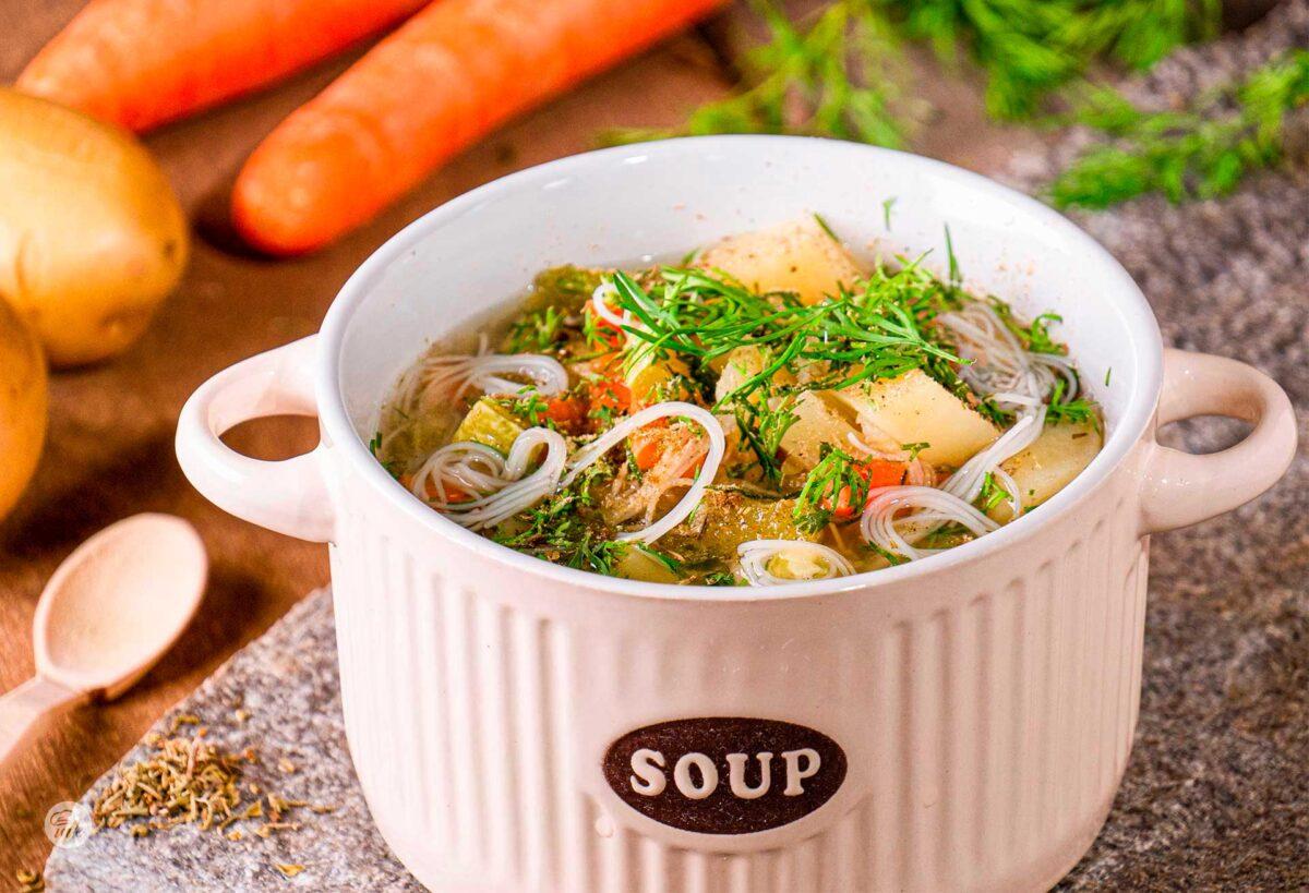 Купа със зеленчукова супа с безглутеново фиде с моркови и картофи и лук