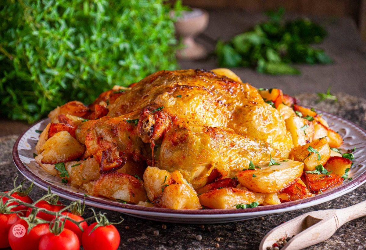 Пиле с картофи и бира отстрани, декорирано с пресни зеленчуци
