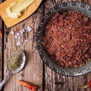 суха лютива марината за свинско в купа украсено с лук, люти чушки, морска сол