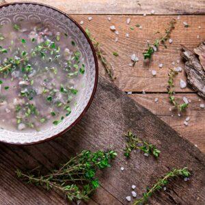 солена марината за риба украсено с пресни подправки