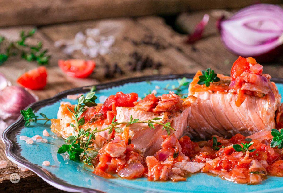 сьомга на скара с бекон и доматена салца с пресни подправки снимана отпред