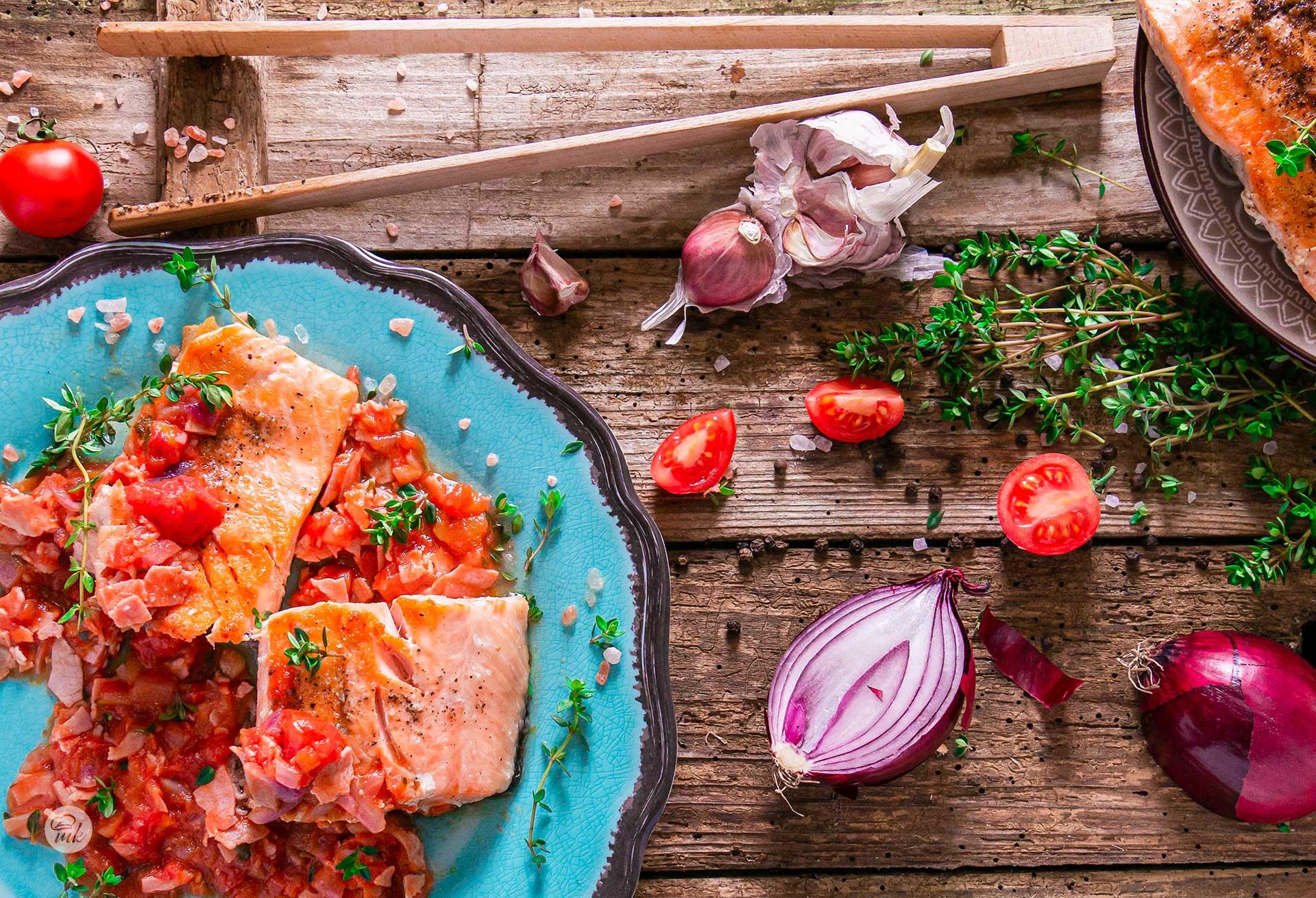 сьомга на скара с бекон и доматена салца