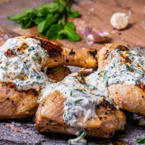 Пиле на скара с марината от кисело мляко и мента, заснето отблизо, декорирано с пресен босилек