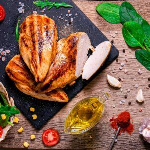Пилешко с лайм и текила, заснето отгоре, декорирано с пресен босилек, чери домати и подправки