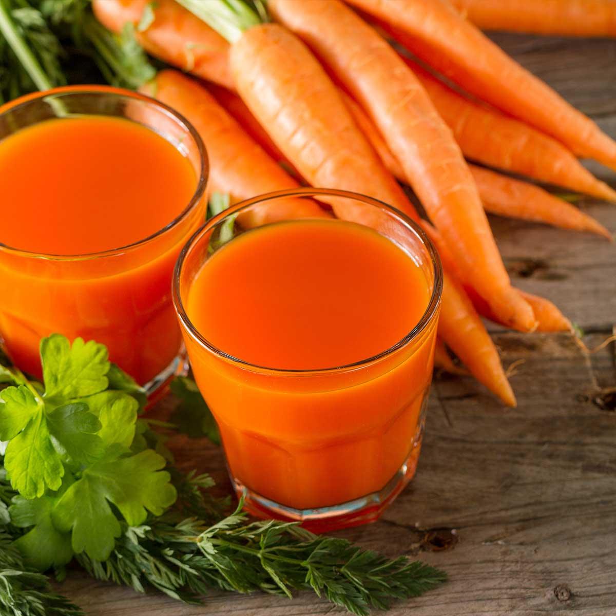 Свежи моркови и прясно изцеден сок