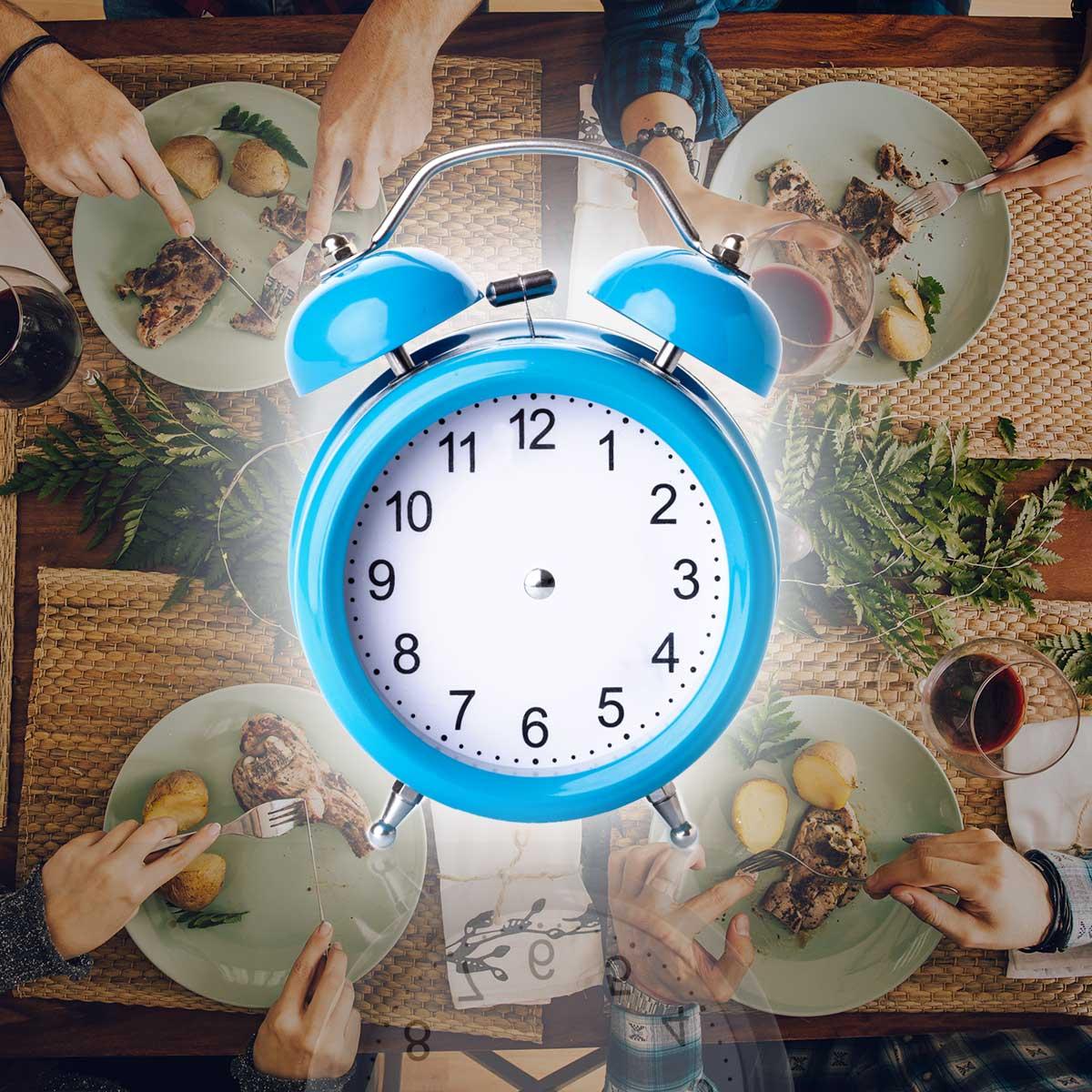 Часовник върху маса за вечеря