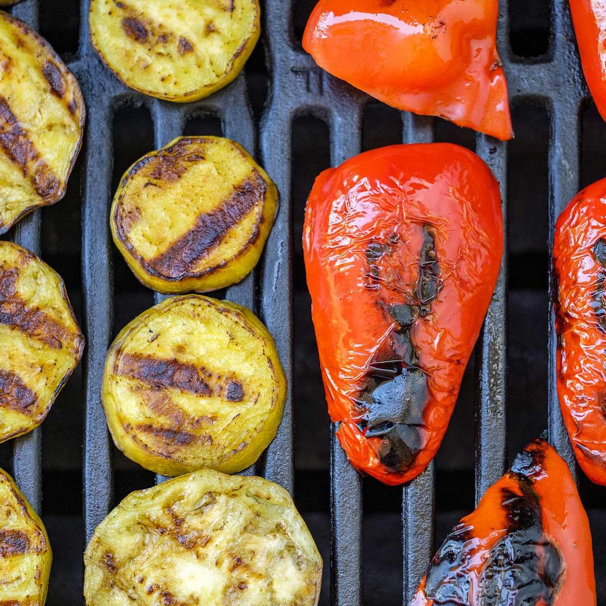 Резенчета картофи и червени чушки на скара