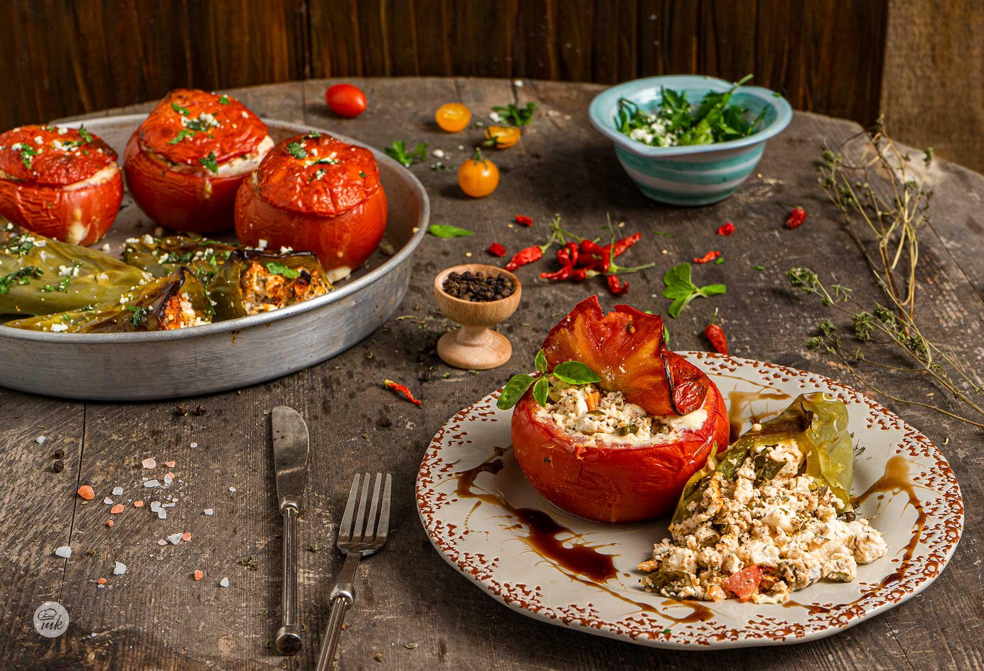 Пълнени чушки и домати с яйца и сирене заснети отблизо