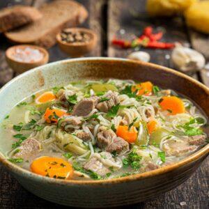 Свинска супа заснета отблизо, поднесена в купичка