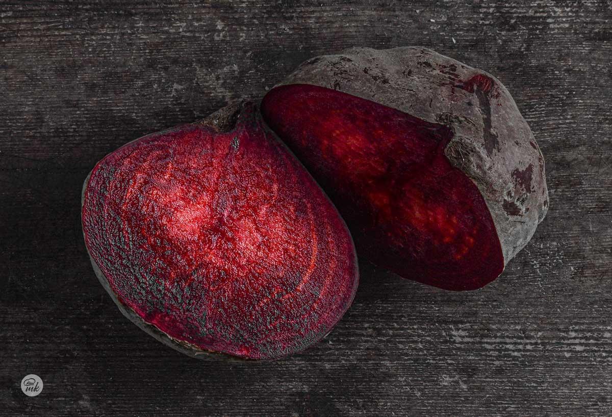 Разрязана на две глава червено цвекло
