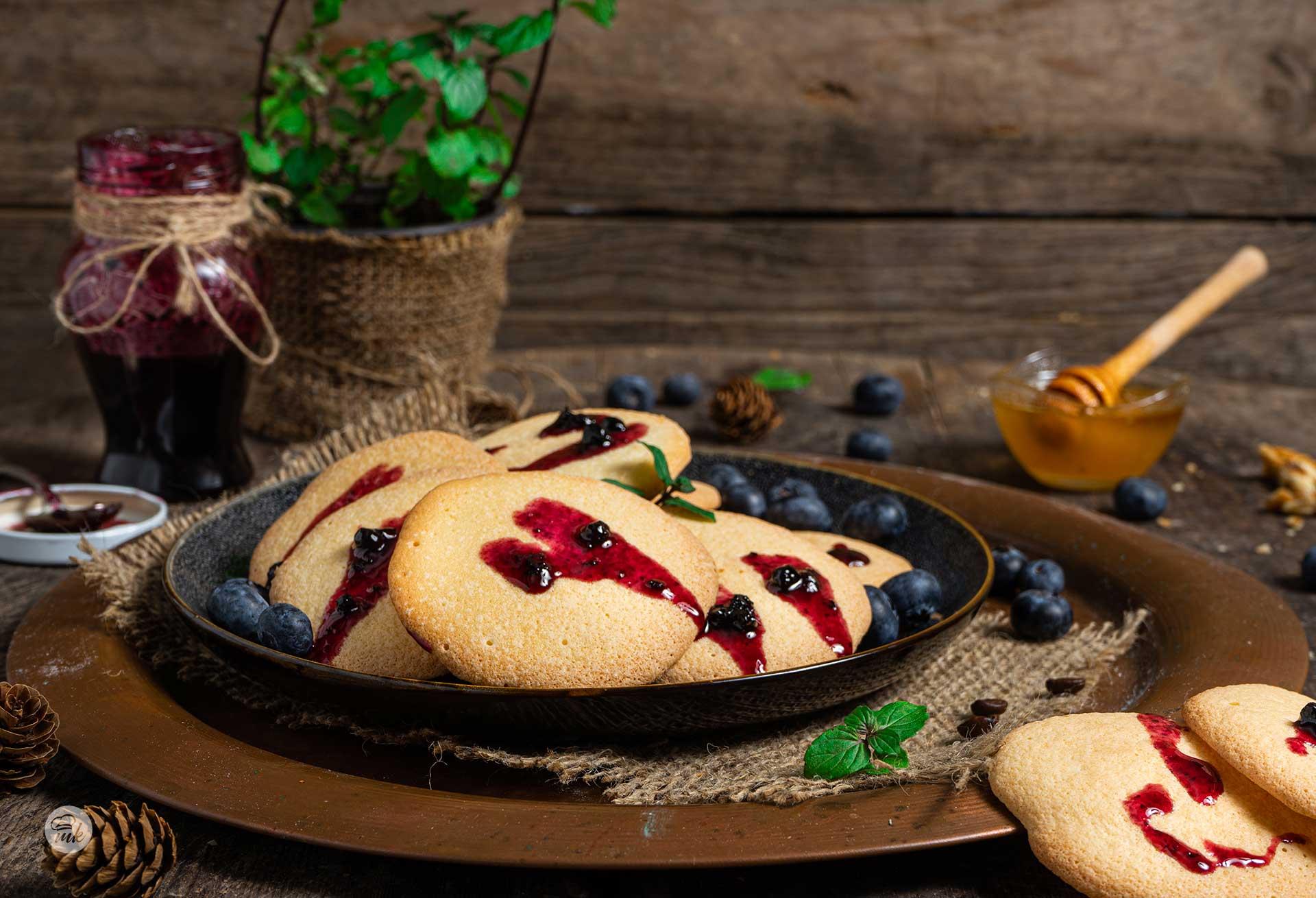 Ванилови бисквити, поднесени с мед, сладко от боровинки, снимани отстрани