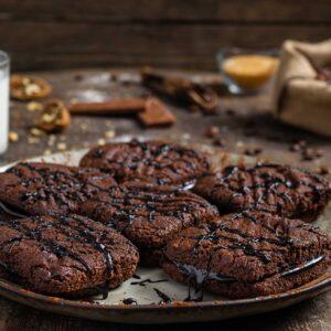 """Сладки """"Мока"""", поднесени с орехи, кафе, шоколад, кафява захар, снимани отстрани"""