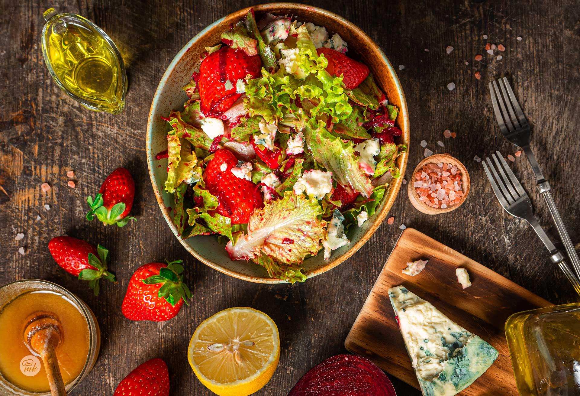 Зелена салата със синьо сирене и ягоди