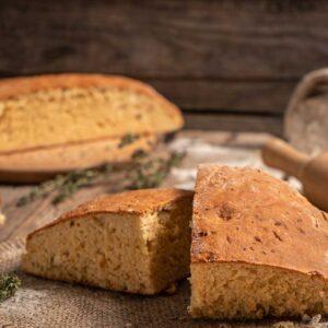 Питка със сирене и шарена сол, поръсена с брашно, снимана отстрани