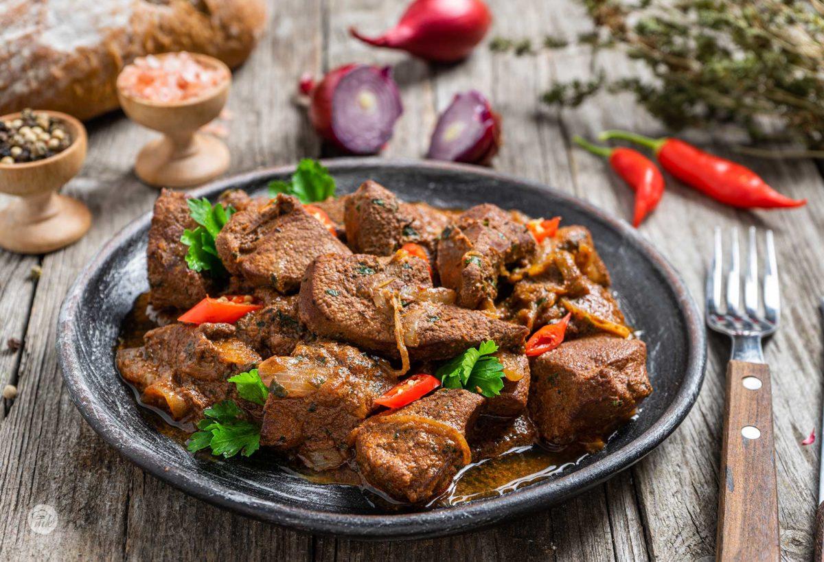 Свински дроб по селски, сервиран с люти чушки, сол, червен лук, хляб и мащерка, сниман отстрани