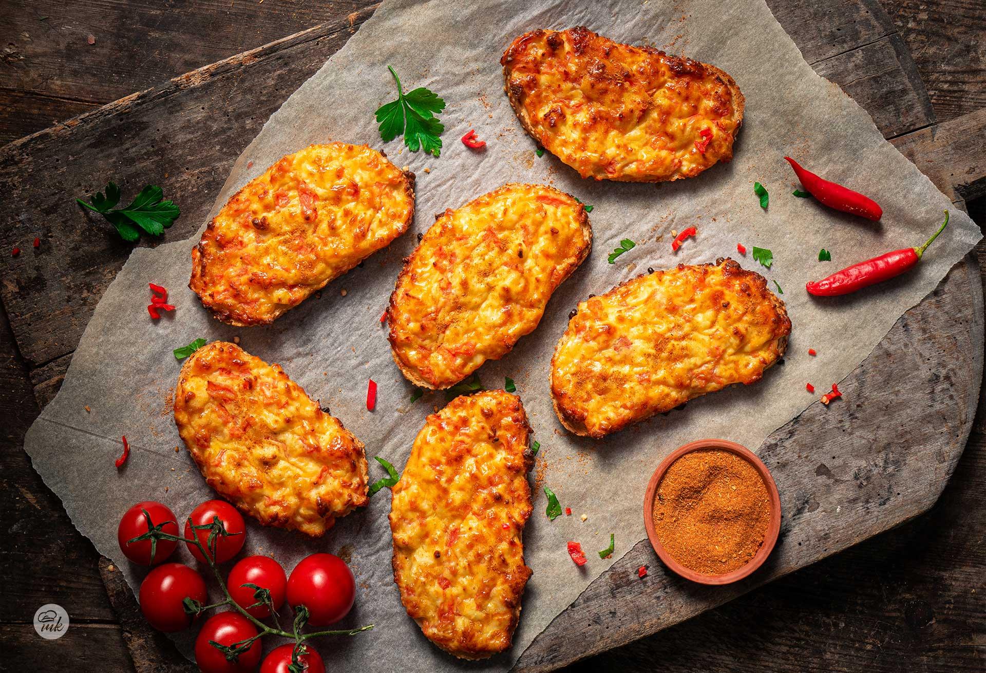 Препечени филии със сирене, кашкавал и домат