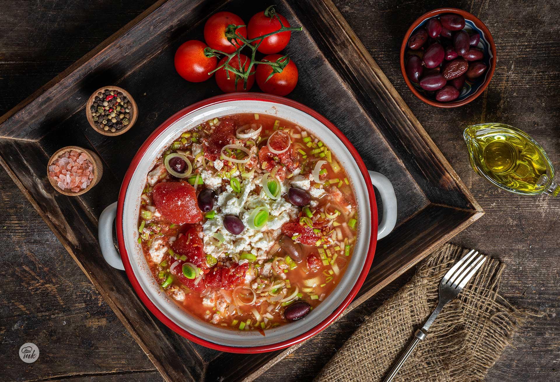 Салата от консервирани домати и праз