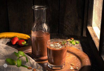 Бананово смути с какао, поднесено в чашка с декорация от ядки
