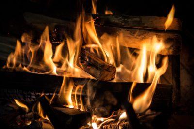 Запалена камина, заснета отблизо.