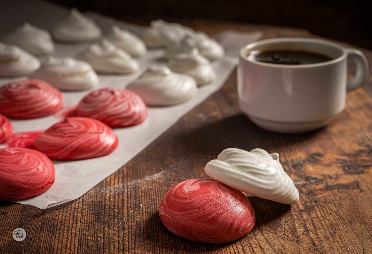 Целувки, бели и червени, заснети отблизо и поднесени с чаша кафе