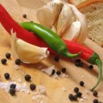 люти чушки и чесън върху дървена дъска, снимка за поредицата за традициоинни български ястия