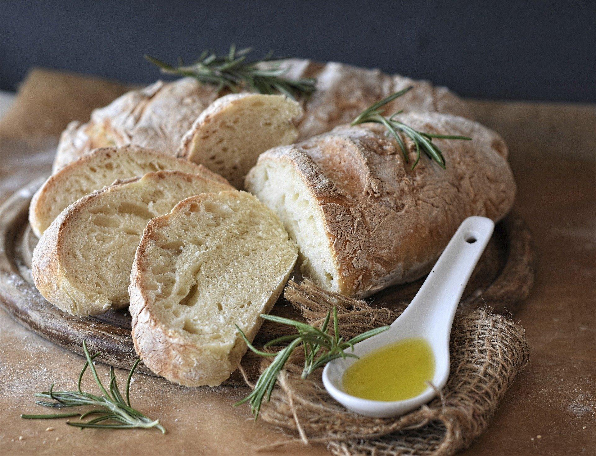 Домашен хляб, поднесен с розмарин и зехтин.