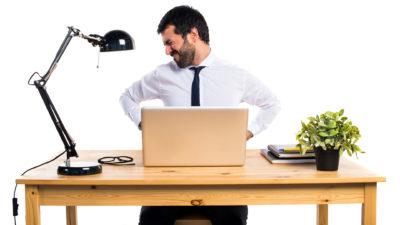 Мъж на домашно бюро с болки в кръста от работа в къщи
