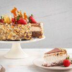 Торта с остатъци от козунак и маскарпоне, декорирана с карамел и пресни ягоди, както и с филиран бадем, заснета отстрани