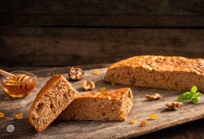 Владишки хляб със стафиди разрязан на парче, заснет отстрани