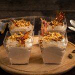 Крем-мус от тахан поднесен в 4 порции, декориран с хрупкав карамел и заснет отстрани