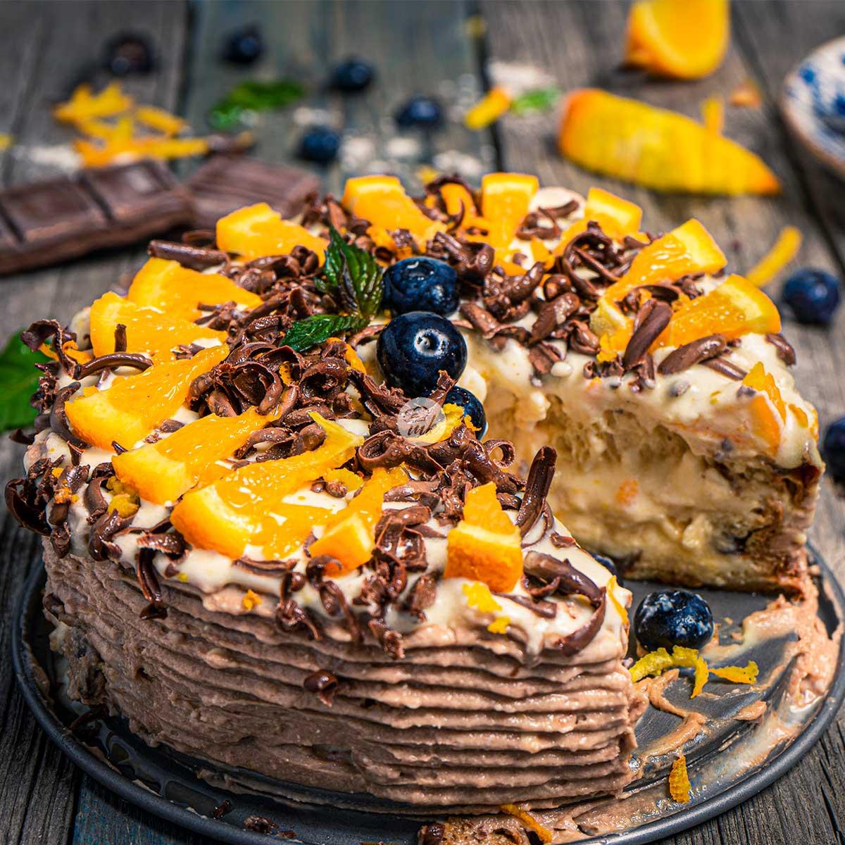 Великденска козуначена торта декорирана с пресни портокали и заснета отстрани