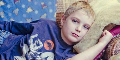 Болно дете с диабет лежи на диван