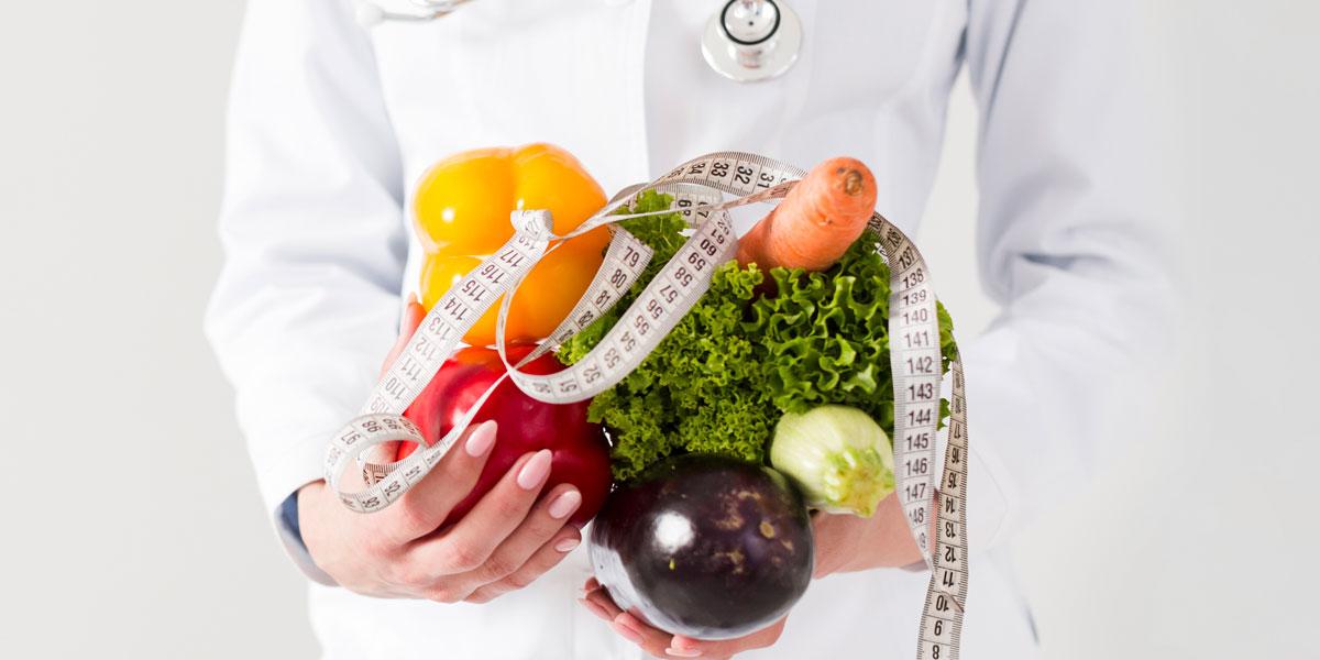Лекар с плодове и зеленчуци, и шивашки метър