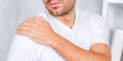 Млад мъж с болки в рамото