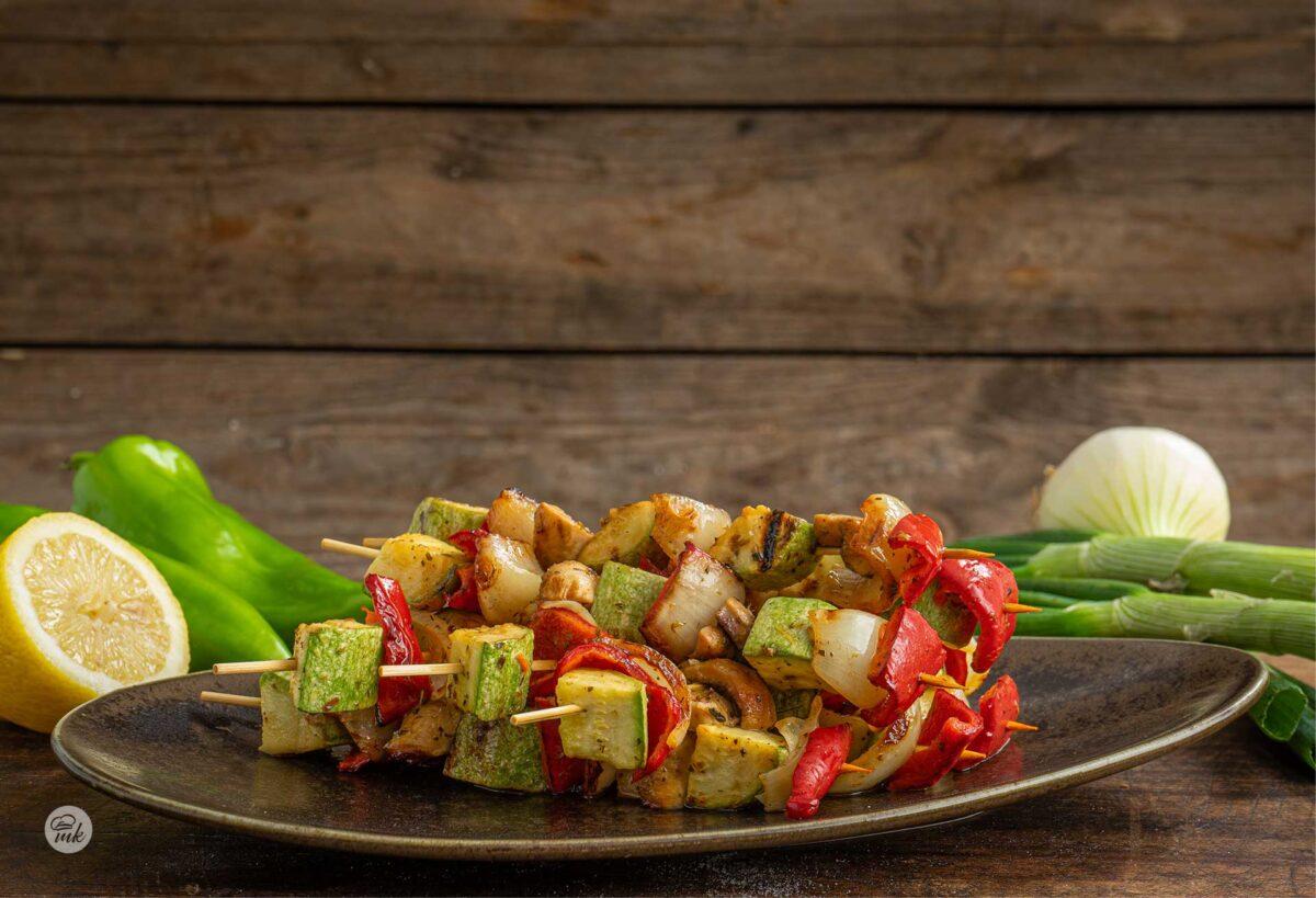 Вегетариански шишчета, наредени едно върху друго в чиния, снимани отпред