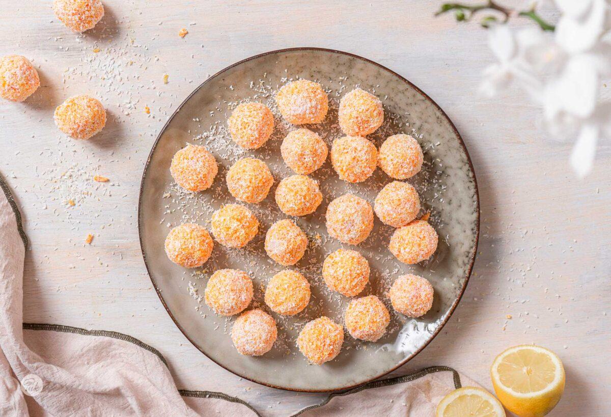 Снимана отгоре чиния, с топчета домащно приготвени трюфели от моркови, оваляни в кокосови стърготини