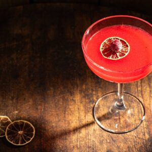 Стъклена чаша със столче, с червен коктейл малиново дайкири