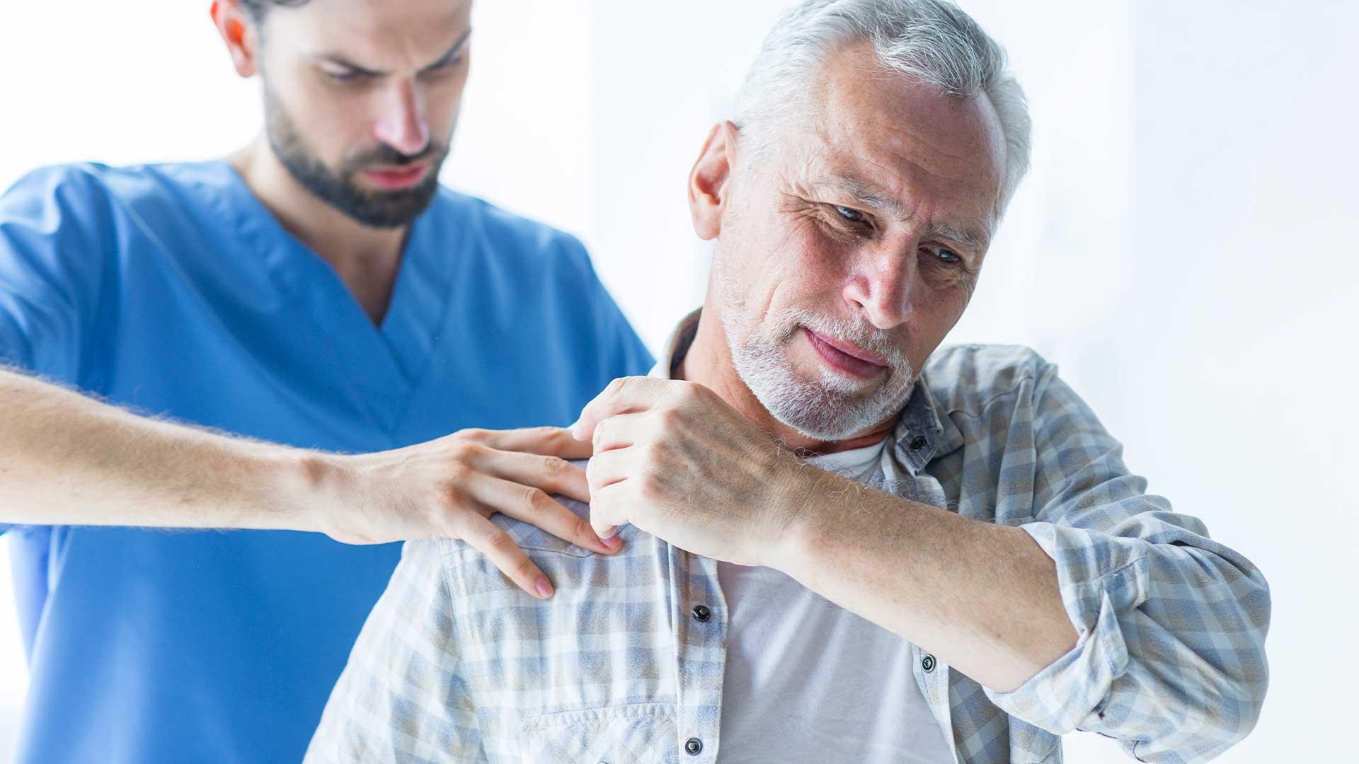 Доктор и пациент с болки в рамото