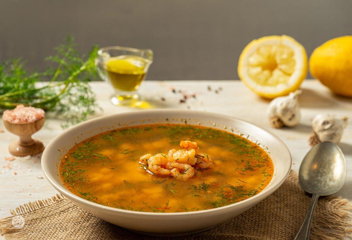 Супа от скариди, поднесена с лимон, снимана отстрани