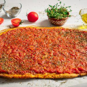 Плосък хляб с домати, сниман отстрани
