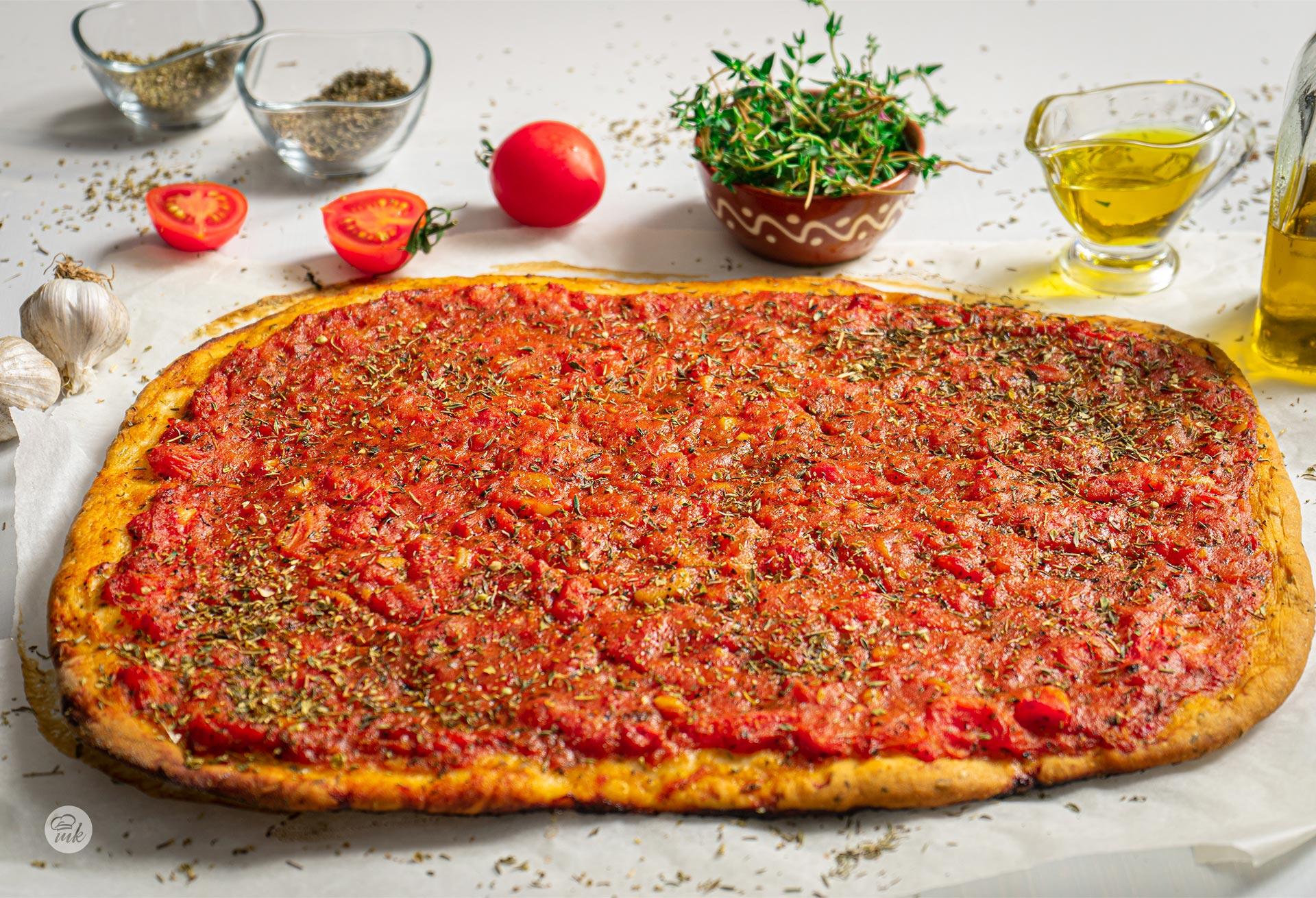 Плосък хляб с домати