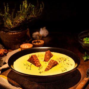 Крем супа от броколи, поднесена с триъгълни крутони, снимана отстрани