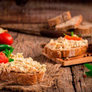 Филийки пълнозърнест хляб, намазани с шопски хайвер, снимани отстрани