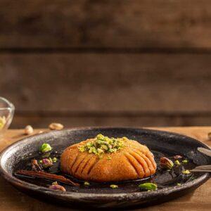 Традиционен български десерт Татлии декориран в тъмна порцеланова чиния