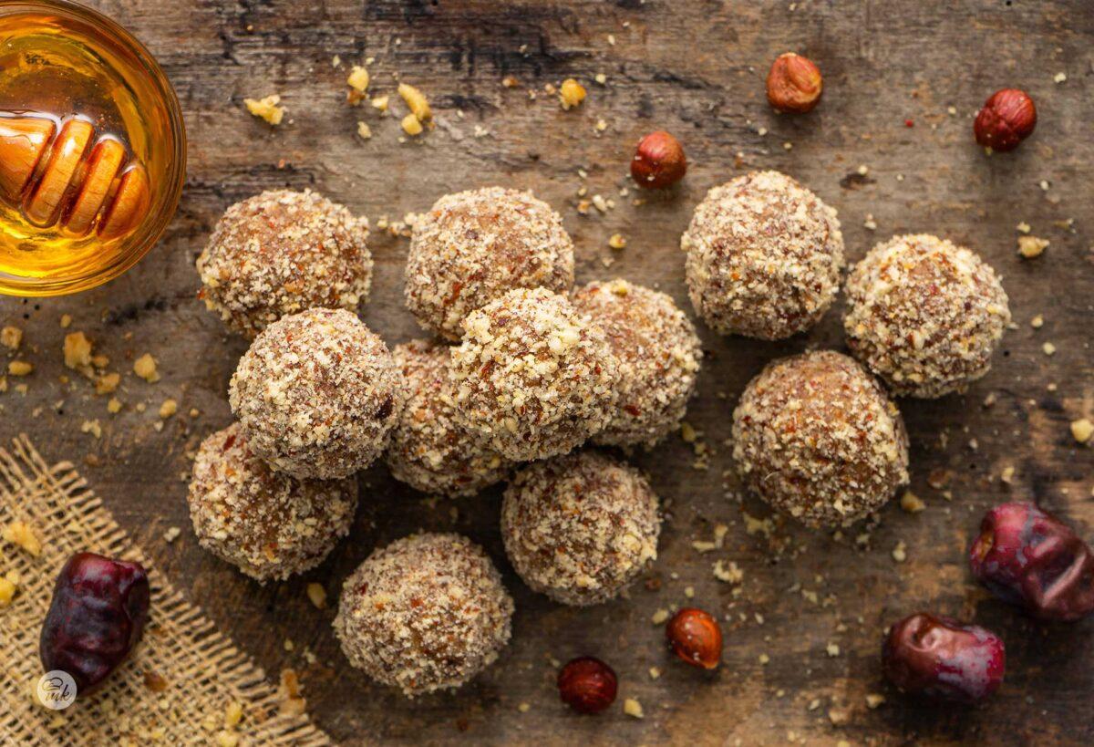Бонбони от фурми и лешници, снимано отгоре с мед и фурми