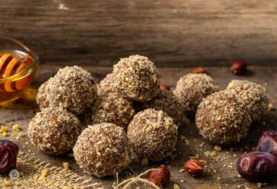 Бонбони от фурми и лешници, снимано отстрани с мед и фурми