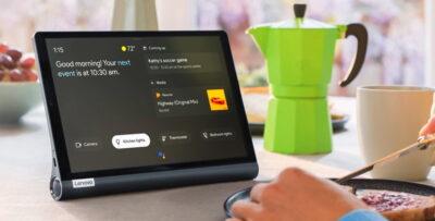 Lenovo Yoga Smart Tab на кухненската маса, сниман отпред