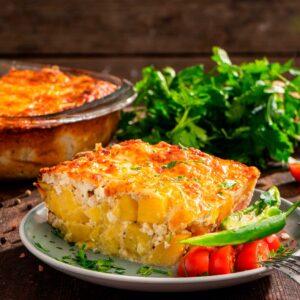 Огретен с картофи и сирене, поднесет с домати и люта чушка