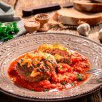 Порция пикантни кюфтета на фурна с доматен сос, снимана отпред
