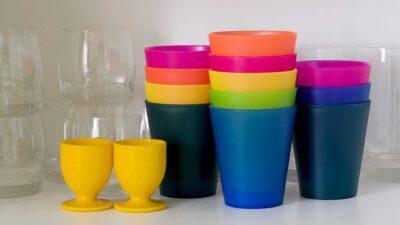 Цветни чаши от пластмаса